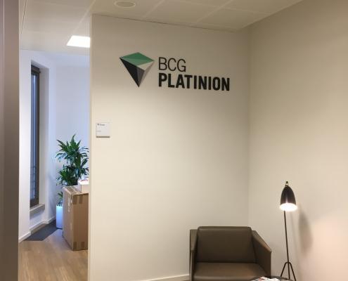Acrylglasbuchstaben Innenraum CI gerecht gestalten BCG Platinion (2)