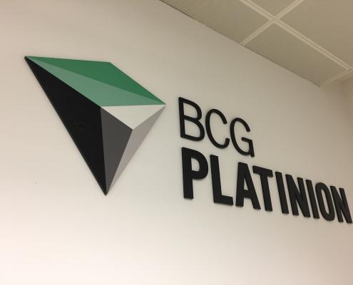 Acrylglasbuchstaben Innenraum CI gerecht gestalten BCG Platinion (4)